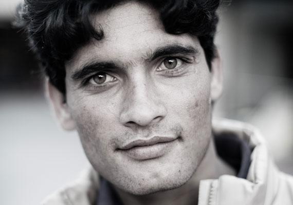 A fotós az amerikai magazinnak elmondta, hogy a menekültek 70%-a boldogan vállalta, hogy a kamera elé áll. Ez a férfi is boldognak tűnt, még akkor is, ha a Keletiben nem voltak éppen ideálisak a körülmények szeptember elején.