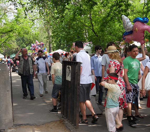 Hömpölygő tömeg a Vajdahunyad Vára mellett.