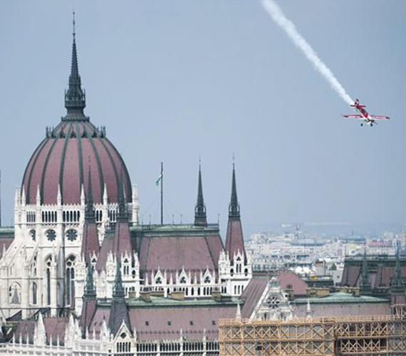 A Duna-parton látványos légiparádét tartottak.