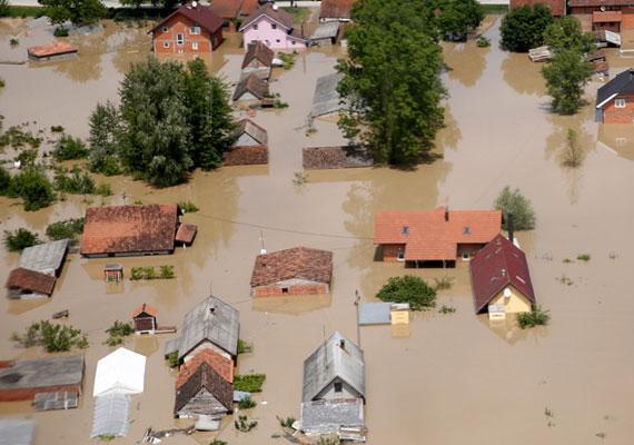Példa nélküli volt az az özönvíz, ami májusban öntötte el a Balkán jelentős részét. A Horvátországban, Szerbiában és Bosznia-Hercegovinában tomboló súlyos esőzések hatására több folyó kilépett medréből. Az áradásokat földcsuszamlások követték, az ítéletidőben 50-nél is több ember vesztette életét. Egyedül a Száva áradása százezer embert kényszerített arra, hogy mindenét hátrahagyva meneküljön. A száz éve nem tapasztalt extrém idő rengeteg közutat és épületet pusztított el az említett országokban.