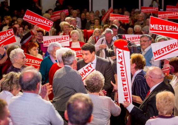 """""""Az MSZP április 6-án és május 25-én is jelentős vereséget szenvedett el, ezért vállalom a felelősséget"""" - mondta Mesterházy Attila, az MSZP elnöke május 29-én. A politikus lemondott pártelnöki és frakcióvezetői tisztségéről is, miután pártja csúfos vereséget szenvedett a májusi európai parlamenti választáson. A szocialisták a 11%-ot sem tudták elérni, így szorosan felzárkózott a párt mellé a Demokratikus Koalíció - 9,75% - és az Együtt-PM - 7,25%. A Fidesz 12, a Jobbik 3, az MSZP és a DK 2-2, az Együtt-PM és az LMP 1-1 képviselőt küldhetett az Európai Parlamentbe."""