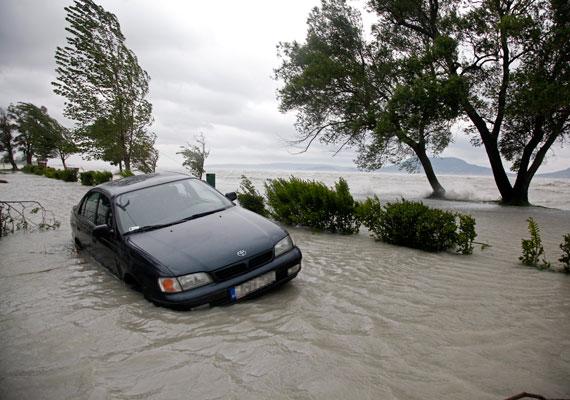Magyarországon is szokatlanul csapadékos időt hozott a május. Az Yvette névre keresztelt ciklon heves eső- és szélviharokkal támadott. Az ekkor szokásos mennyiség másfélszerese esett ebben a hónapban. 15 szeles napot regisztráltak a meteorológusok a tavasz utolsó hónapjában, és a 100 kilométer/órát meghaladó széllökések sem voltak ritkák. Országosan az Yvette ciklon 1,6 milliárd forintos kárt okozott.