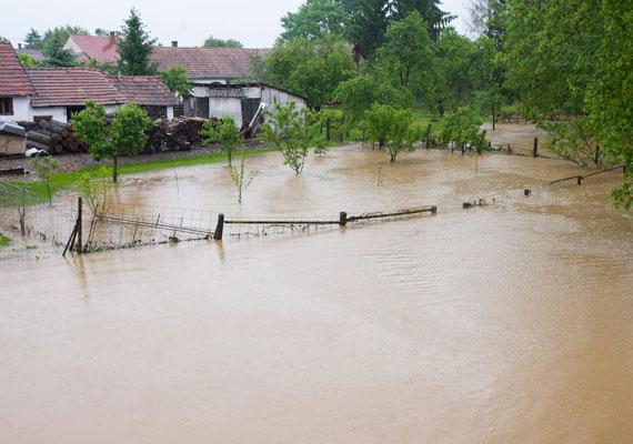 Folyóink áradnak. A most érkező Yvette ciklonnal járó esőzések hatására komolyabb áradások várhatók. A kép a Vas megyei Csákánydoroszlón készült, ahol már részben kiöntött a Rába.