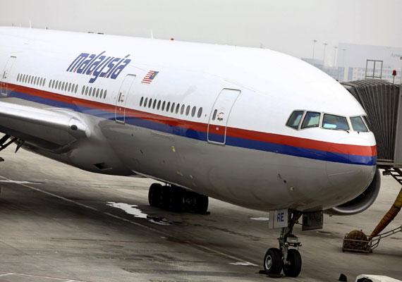 A Malaysia Airlines 370-es, Kuala Lumpur és Peking között közlekedő járatának március 8-án hajnalban nyoma veszett. A Boeing 777-es típusú utasszállító 227 utassal és 12 fős személyzettel a fedélzetén a Tahi-öböl fölött vesztette el a kapcsolatot az irányítótoronnyal. Bár a gép keresésében számtalan ország részt vett, és találtak is gyanús jeleket, a roncsokat máig nem sikerült meglelni. Sőt, arra is csak teóriák születtek eddig, hogy pontosan mi is történhetett a géppel a viharos tenger fölött.