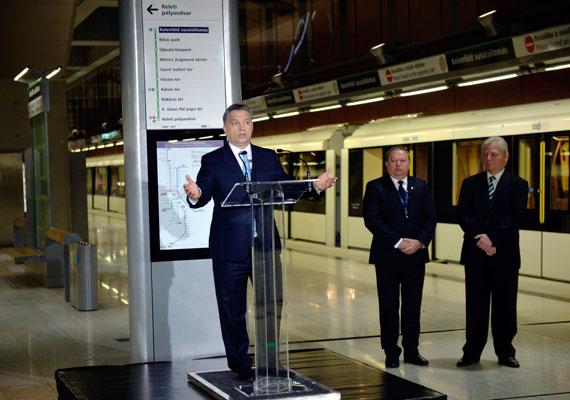 """""""Szinte hihetetlen, de kimondhatom: végre elkészült"""" - mondta Orbán Viktor a 4-es metró március 28-i ünnepélyes átadásán. A miniszterelnök még egy viccet is eleresztett, miszerint """"emlékszem arra a hírre, hogy Chuck Norris is utazott a 4-es metrón"""". Az új metróra csaknem 40 évet vártak a budapestiek. A megállók dizájnja a fotósok kedvence lett, bár a vonal rövidsége miatt sok kritika érte és éri ma is a 4-est."""