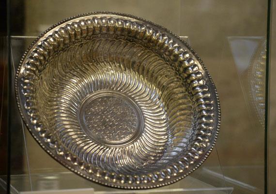 Ismét Magyarországon láthatóak a Seuso-kincsek. A kalandos sorsú római kori tárgyaknak ugyan csak egy része került vissza, de azt rögtön ki is állították a Parlamentben. Orbán Viktor rendkívüli sajtótájékoztatón jelentette be a régi-új szerzeményeket, melyekért 15 millió eurót kellett fizetni, bár azt továbbra sem tudjuk, pontosan kinek. Az Orbán által csak családi ezüstként aposztrofált 1600 éves kincsek népszerűségét ebben a cikkünkben kutattuk.