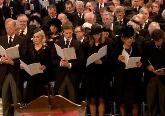 A család jelenlévő tagjai balról jobbra: Margaret Thatcher fia, Mark, illetve annak második felesége. Két unokája, Michael és Amanda, valamint lánya, Carol és annak élettársa.