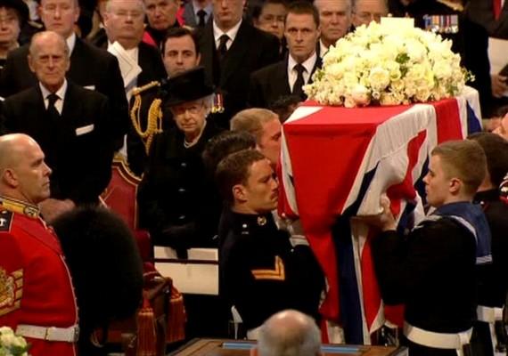 II. Erzsébet királynő 48 év óta először vett részt egy elhunyt brit miniszterelnök búcsúztatásán; legutóbb első miniszterelnöke, az 1965-ben meghalt Sir Winston Churchill, a második világháborús győző temetési szertartásán volt jelen.