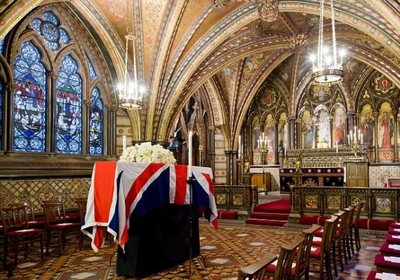 Margaret Thatcher koporsója a temetés előtti éjjel a londoni parlament westminsteri kápolnájában pihent.