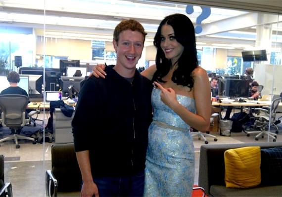 Katy Perry a Facebook alapítójával pózol.