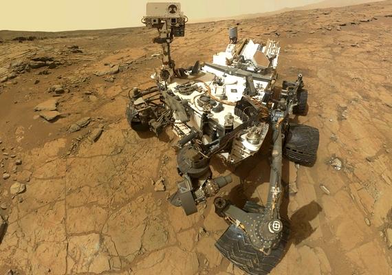 A Curiosity rover nemcsak a környezetét, de saját magát is szereti fényképezni, többször küldött már haza nem szándékos, de nagyon cuki szelfit.