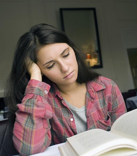 Röghöz kötésAz a diák, aki 2012 szeptemberétől állami pénzen tanul, annak kötelező lesz egy meghatározott időt - legkevesebb hat évet - itthon dolgozni. Korábban ez nem így volt, mindenki mehetett, amerre akart.