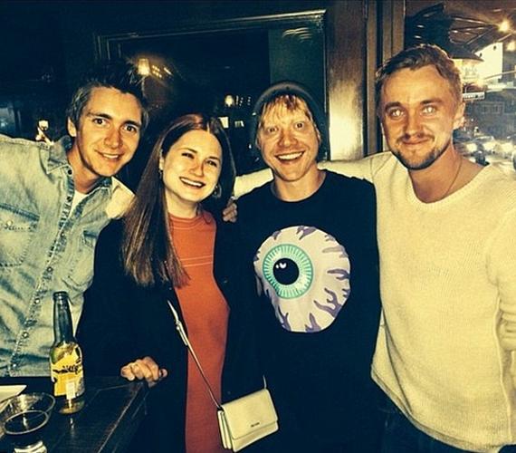 Tom Felton a filmbéli Weasley család több tagjával is jóban van, a fotót egy együtt töltött szombat estén készítették.