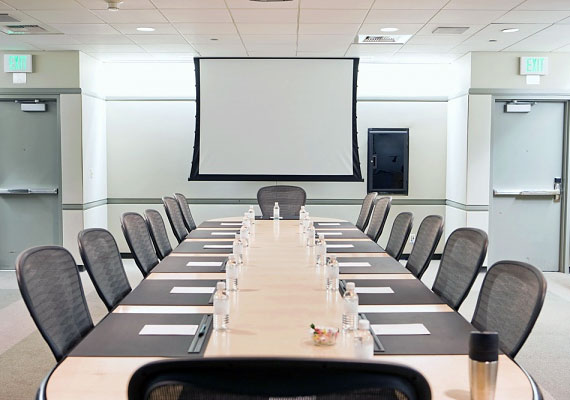 Ha szinte heti rendszerességgel tartanak a cégednél olyan meetingeket, amelyeknek egyetlen célja a dolgozók megnyugtatása, akkor szinte biztos, hogy valami van a háttérben, és leépítések is várhatók.
