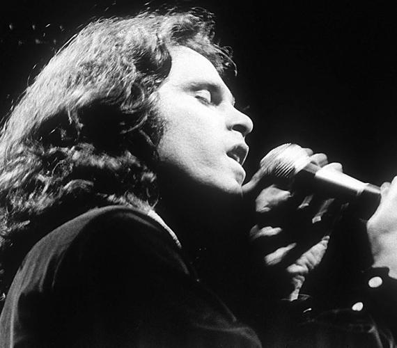 Az énekes, dalszerző és költő, Jim Morrison 1971-ben halt meg. Az okok között a szívelégtelenség és a túladagolás is szerepelt.
