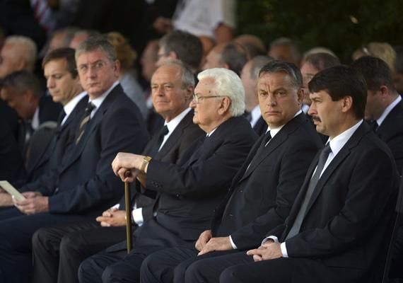 Szintén Horn Gyula temetésén készült ez a kép, ahol a volt miniszterelnökök a jelenlegivel és az államfővel együtt ülnek. Szomorú viszont, hogy csak egy ilyen esemény tudja őket összehozni.