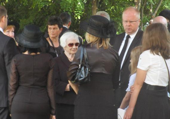 Horn Gyula temetése a magyar poltika egyik legszomorúbb eseménye volt. A fotón az egykori miniszterelnök özvegyét, Király Annát és gyermekeit, Annát és Gyulát lehet látni, amint szerettüket utolsó útjára kísérik.