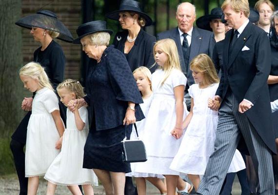 A holland királyi család számára sem volt egyszerű az idei év. A nemrég lemondott Beatrix királynő másodszülött fia, Johan Friso másfél évig feküdt kómában egy síbalesetnek köszönhetően. A férfi bal oldalon látható feleségét és két pici lányát hagyta magára.