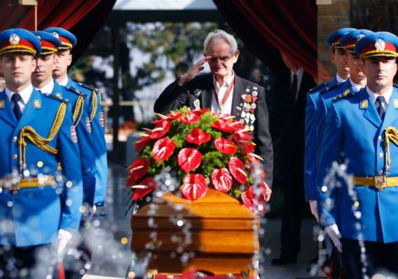 Teljes katonai tiszteletadás mellett temették el Tito özvegyét, Jovanka Brozt. A 89 éves asszony sok mindent látott életében, például a második világháború alatt részt vett a németek elleni partizánharcban.