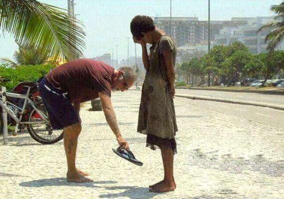 Egy férfi saját lábáról vette le a papucsot, hogy odaadja egy szegény kislánynak.