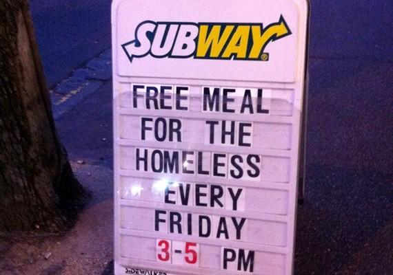 A Subway éttermek egyikében minden péntek délután ingyen vacsorát adnak a hajléktalanoknak.