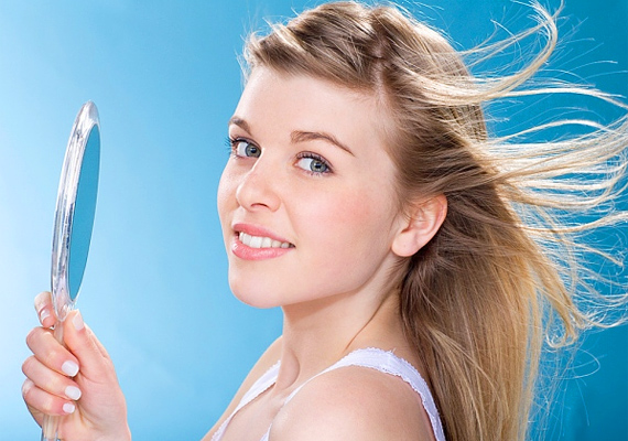 A hajad mindig legyen ápolt. Ez nem azt jelenti, hogy kötelező a napi hajmosás - ez amúgy sem tesz jót. Egyszerűen csak ügyelj rá, hogy lehetőleg legyen friss a külsőd, és ha festeted a hajad, akkor a lenövéssel is vigyázz.