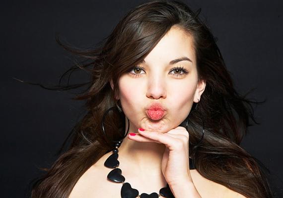 Arra figyelj, hogy a szád ne legyen kicserepesedve, pláne, ha szeretsz szájfényt vagy rúzst használni, mert vannak srácok, akik ezt nézik meg elsőként rajtad. Egy sebes száj nem bizalomgerjesztő, ha valaki meg szeretne csókolni.