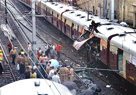 Mumbaiban 2006. július 11-én hét robbantás ölt meg 174 vonatra várakozó helyi dolgozót.