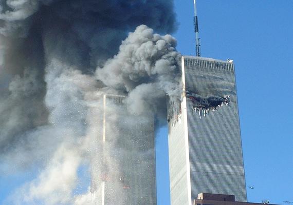 2001. szeptember 11-én az ikertornyokba csapódó repülők és az azt követő robbanások következtében 2998 ember vesztette életét.