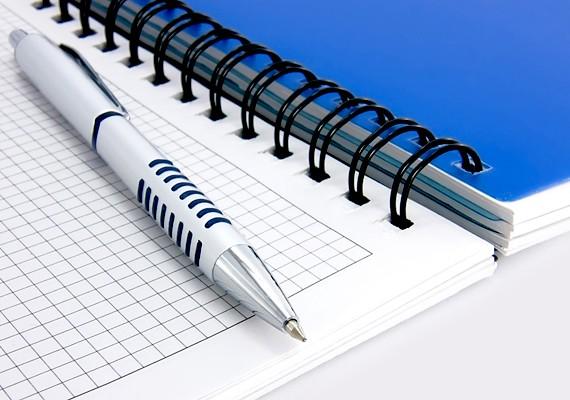 Először is írd le, mire költesz! Szedd össze, hogy milyen kiadásaid vannak, és vezess róluk naplót! Így könnyebben el tudod majd dönteni, mi az, amin spórolhatsz, és mi az, amiért feltétlenül szükséges minden hónapban pénzt adnod.