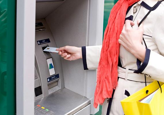 Ha az alapokkal tisztában van, néhány egyszerűbb fogalmat is elmagyarázhatsz neki, például, mi az a bankkártya, mire jó a pénzautomata, vagy épp mit takar a kölcsön és a gyűjtögetés kifejezés.