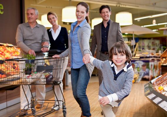 Vidd magaddal, mikor bevásárolsz, és vegyétek végig, mi mennyibe kerül a választott termékek közül, mit vehettek még meg, és mit nem. A kasszánál is figyelheti, mennyi pénzt adsz, és mennyit kapsz vissza.