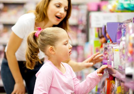 Fontos, hogy a gyerkőccel már egészen kiskorában, akár óvodásként megértesd, hogy nem tudsz neki mindent megvenni, amit csak szeretne, hiszen kapacitásaid, jelen esetben pénzforrásod véges. Mondd el neki, mi az a pénz, mire való, és azt is, hogyan lehet megkeresni.