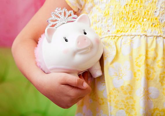 Adhatsz csemetédnek zsebpénzt is, akár azért cserébe, hogy besegít a házimunkában. Persze ne túl sokat, bizonyos teendőkért elég egy jelképes összeg is - hisz amúgy sem árt jellemfejlődésének, ha segít. A malacpersely is fontos kellék a pénzügyi nevelés szempontjából. Ösztönözd arra, hogy zsebpénzéből mindig tegyen félre egy keveset, így később megveheti magának azt, amit szeretne.