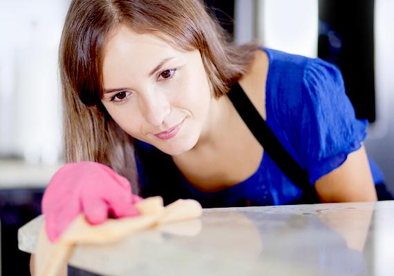 A háztartási teendők és a gyermekek vagy épp az idősek gondozása miatt sok nő dolgozik részmunkaidőben, így jóval kiszolgáltatottabbak párjuk, férjük fizetésének.