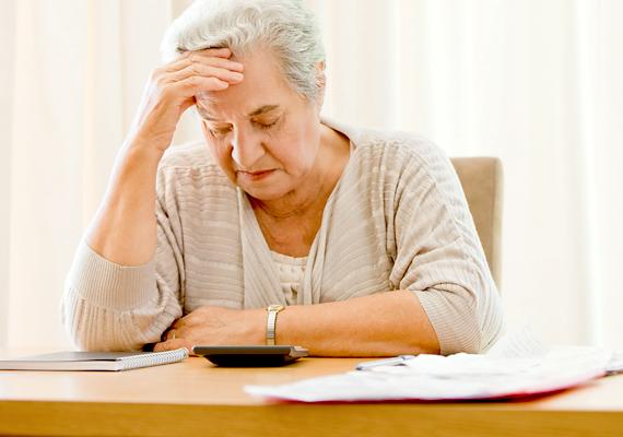 Mivel a nők jövedelme átlagosan alacsonyabb, mint a férfiaké, ez nyugdíjuk tekintetében is megmutatkozik. Magyarországon is több idős nő él szegénységben, mint férfi.
