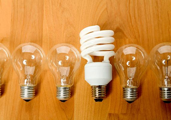 A villanyszámlát látványosan csökkentheted, ha a hagyományos izzókat energiatakarékosra vagy épp ledes verziókra cseréled.