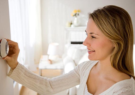Ha úgy érzed, nem megfelelő a hőmérséklet a lakásban, először mindig az alkalmas ruházatban gondolkodj, így jelentős összeget spórolhatsz meg. Csakúgy, mint a lakás szigetelésével: a redőnyök például télen és nyáron is jó szolgálatot tesznek e tekintetben.