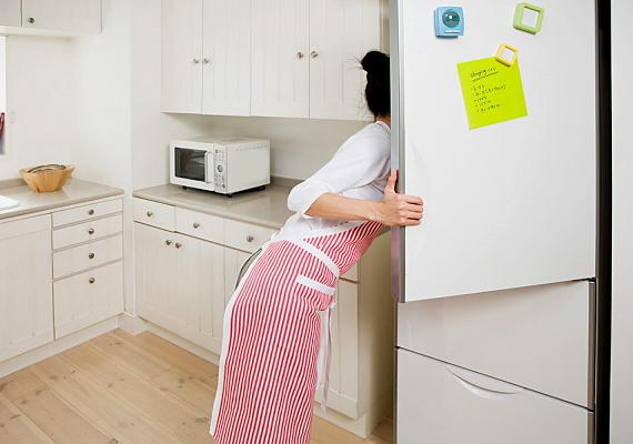 A hűtő az egyik legnagyobb áramfogyasztó a lakásban, különösen, ha nincs leolvasztva, és több milliméteres jégréteg található a fagyasztórészében. Mindemellett ügyelj rá, hogy ne nyitogasd feleslegesen, pakold tele minél jobban, és lehetőleg a lakás egy hűvösebb pontján helyezd el, ne túl közel a fűtőtestekhez és a tűzhelyhez.