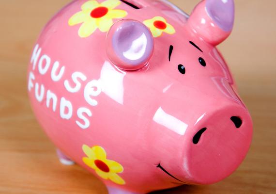 Ha van egy kevés megtakarításod, jóval nagyobb biztonságban érzed majd magad, ezért érdemes havonta félretenni egy kisebb összeget, méghozzá úgy, hogy állandó kiadásként kezeled megtakarításodat. Hó elején rakd félre az erre szánt összeget, mintha egy csekket adnál fel.