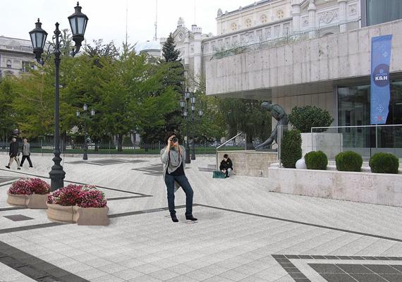 A képen a Dunakorzó Vígadó téri szakaszának megújítási látványterve látható.