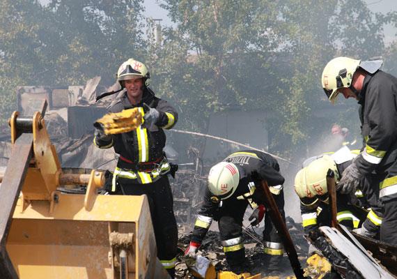 Az irodában még elviselhető volt a kánikula, azonban egyes szakmákban borzasztó lehetett átélni a hőséget. A tűzoltóknak például 40 fokban, a napon is teljes felszerelésben kellett dolgozni, ha a helyzet megkívánta.