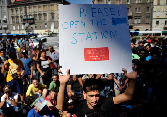 Sokan transzparenseket is készítettek, de a legtöbb menekült a melegtől elcsigázva a pályaudvar környékén, az árnyékos helyeken keresett menedéket. A legtöbben nem is tartanak maguknál forintot - ez a közeli boltokban hamar kiderül, sok helyen euróval fizetnek -, annyira nem készülnek arra, hogy huzamosabb ideig Magyarországon lesznek.