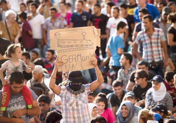 A cél Németország, de jelenleg jegyet sem vehetnek a menekültek, ugyanis a pályaudvar számukra tiltott terület. Többen azonban már megvették a jegyüket - elég borsos áron -, ám a magyar hatóságok által kiállított papírok nélkül ők is vesztegelni kénytelenek.