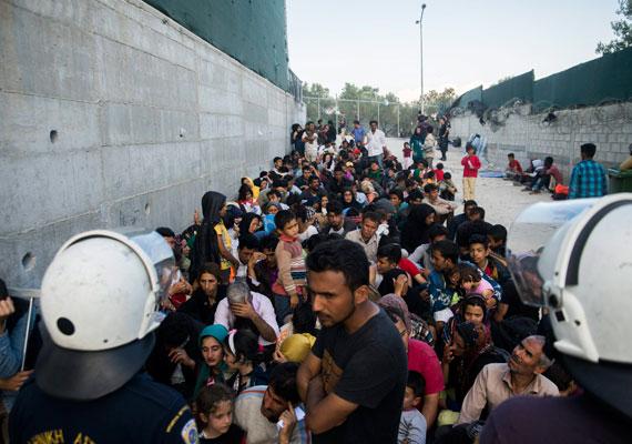 Továbbra is érkeznek a menekültek a görögországi Leszbosz szigetére Törökország felől. Itt éppen regisztrációra várakoznak, de az athéni kormányt többször érte kritika amiatt, hogy regisztráció nélkül engedi tovább az országból a menekülteket.
