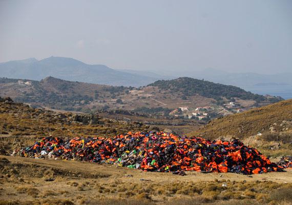 Elhagyott mentőmellények a görög partoknál. Ebből is látszik, hogy még mindig vállalják az átkelést az Égei-tengeren a menekültek.