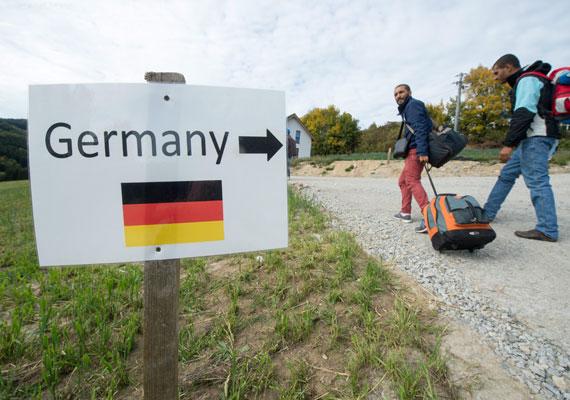Az úgynevezett balkáni útvonal most így néz ki: Törökország-Görögország-Macedónia-Szerbia-Horvátország-Magyarország-Ausztria. Innen aztán sokan Németországba mennek, de vannak, akik még innen is tovább, főleg Svédország felé.