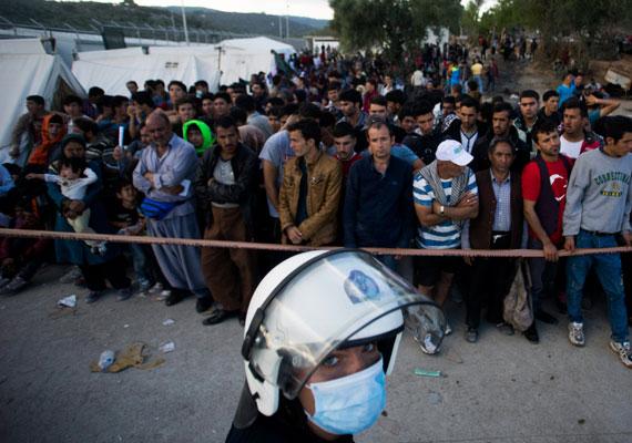 Afgánok számára elkülönített részleg Leszboszon. Többségük minden bizonnyal napokon belül továbbindul Nyugat-Európa felé. Nem csoda, hogy Angela Merkel a szerdai kormányülésen közvetlenül magához vonta a menekültkérdés kezelését.