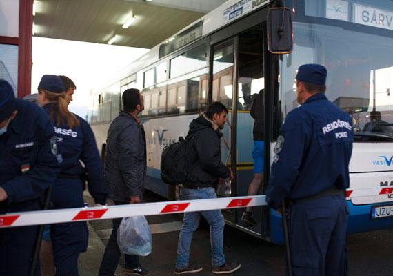 Buszra szállítják a menekülteket a magyar rendőrök Letenyén. A menekülteket az osztrák határ felé szállítják, csak ma hajnalban háromezer menekült lépte át a magyar-osztrák határt.