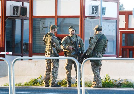 Katonák a letenyei határátkelőnél. A fegyverek megtévesztőek, ugyanis a hadsereg nem végezhet rendfenntartó feladatokat a határon. Ennek ellenére páncélozott járművek is állnak néhol.